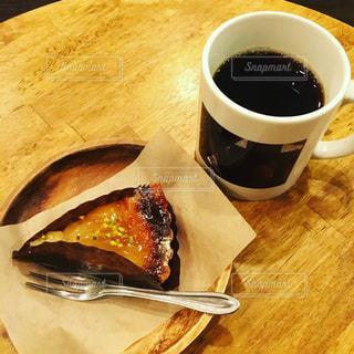木製テーブルの上のコーヒー カップ - No.1142008