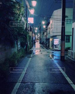 雨上がりの夜道の写真・画像素材[1142100]
