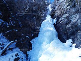 雪の覆われた山々 に大滝の写真・画像素材[1143320]