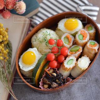 板の上に食べ物のボウルの写真・画像素材[1314462]