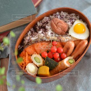 テーブルの上に食べ物のボウルの写真・画像素材[1314463]