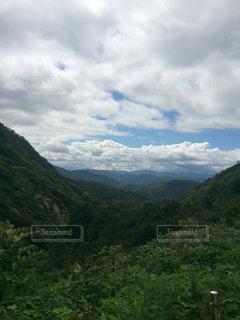 背景の大きな山のビューの写真・画像素材[1144377]