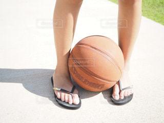 足とバスケットボールの写真・画像素材[1143979]