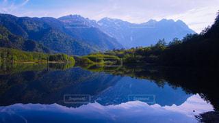 背景の山と湖の景色の写真・画像素材[1144003]