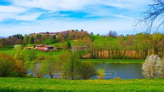 緑豊かな緑のフィールドと川の写真・画像素材[1144040]