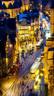 街の通りは夜のトラフィックでいっぱいの写真・画像素材[1161521]