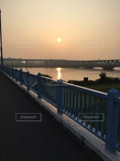 水の体以上の長い橋の写真・画像素材[1144207]