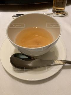 テーブルの上に一杯のスープの写真・画像素材[2108239]