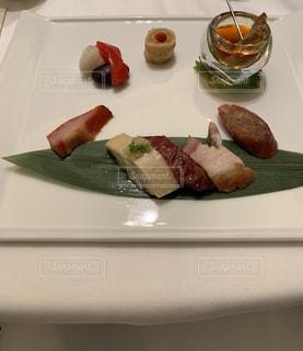 食卓の上の食べ物の皿の写真・画像素材[2108240]