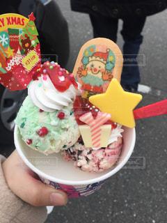 アイス クリーム コーンを持っている手の写真・画像素材[1144703]