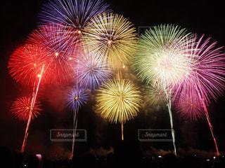 空に花火のグループの写真・画像素材[1373037]