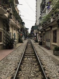 ノスタルジーな雰囲気!人が住む線路の写真・画像素材[1173674]