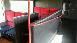 部屋に大きな赤い椅子の写真・画像素材[1145266]