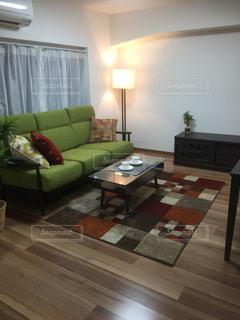 リビング ルームでいっぱいの家具とフラット スクリーン テレビの写真・画像素材[1145632]