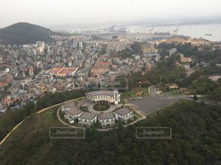 背景の山と都市のビューの写真・画像素材[1145786]