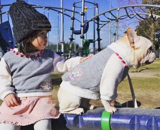 おそろコーデの犬と子供の写真・画像素材[1145836]