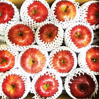 箱詰めの赤いりんごの写真・画像素材[1146014]