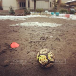 泥まみれのサッカーボールの写真・画像素材[1146046]