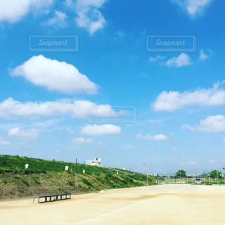 青空に白い雲がキレイな河川敷のグランドの写真・画像素材[1146056]