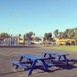 アメリカの小学校にある青いベンチの写真・画像素材[1146069]