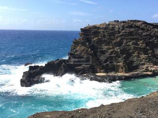 水の体の横にある岩のビーチの写真・画像素材[1147380]