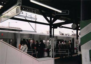 駅に立っている人のグループの写真・画像素材[979144]