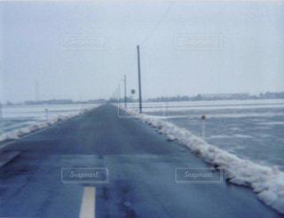 雪の道路の写真・画像素材[1055046]