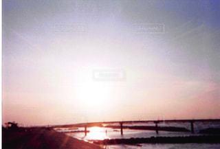 水の体に沈む夕日の写真・画像素材[1056011]