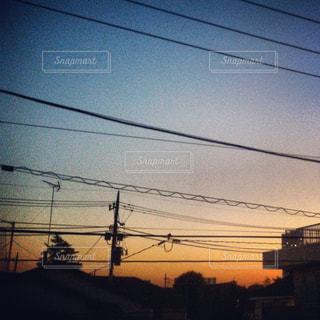 夕焼けの前の信号の写真・画像素材[2259846]