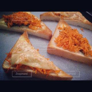 サンドイッチを半分に切るの写真・画像素材[2327688]