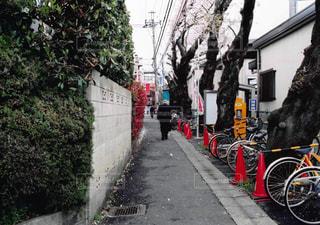 歩道に駐車している自転車の写真・画像素材[3018402]