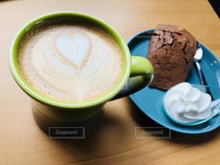 テーブルの上のコーヒー カップの写真・画像素材[1147775]