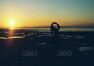 夕日と砂浜の写真・画像素材[1147276]