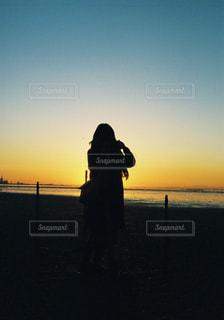 夕日と女性の写真・画像素材[1148752]