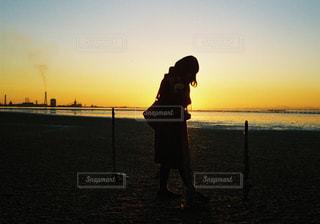 日没の前に立っている人の写真・画像素材[1148756]