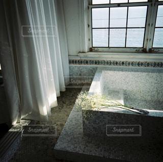 バスルームには浴槽とシャワー カーテンの写真・画像素材[1149731]