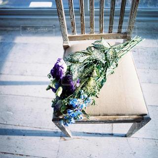 ベンチに座って花の花瓶の写真・画像素材[1149732]