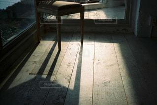 日差しと椅子の写真・画像素材[1150203]
