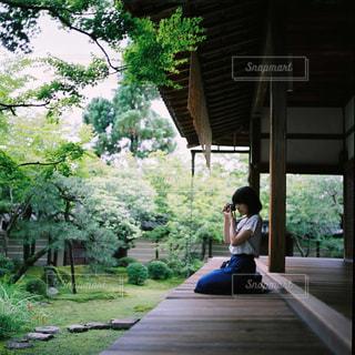 日本家屋と女性の写真・画像素材[1150219]