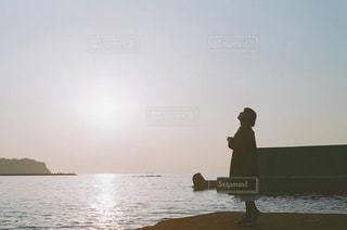 夕陽と女性の写真・画像素材[1152494]