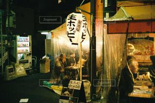 夜の店の前の写真・画像素材[1365855]