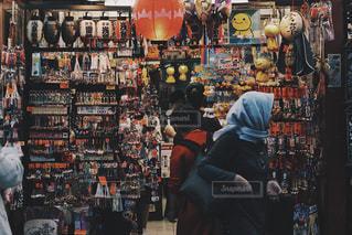 店の前に立っている人々 のグループの写真・画像素材[1533918]