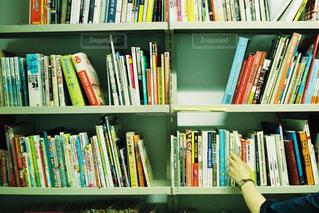 本棚は本でいっぱいの写真・画像素材[1834639]