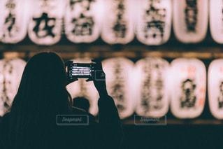 スマホと提灯の写真・画像素材[2056098]
