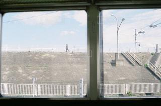 窓の横の都市の眺めの写真・画像素材[2133021]