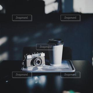 カメラとコーヒーの写真・画像素材[2176369]