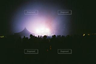 暗闇の中の虹の写真・画像素材[2216034]
