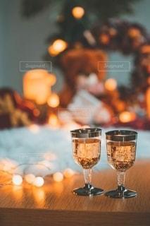 テーブルの上のワイン1杯の写真・画像素材[2777907]