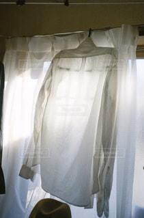 ベッドとカーテン付きのベッドルームの写真・画像素材[2889562]