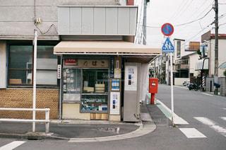 通りの角に店のある建物の写真・画像素材[2889590]